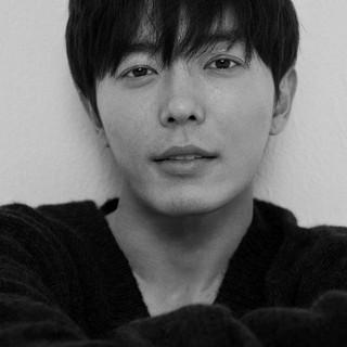 【G公式】俳優キム・ジェウク、SNS更新。シックなモノクロ写真。