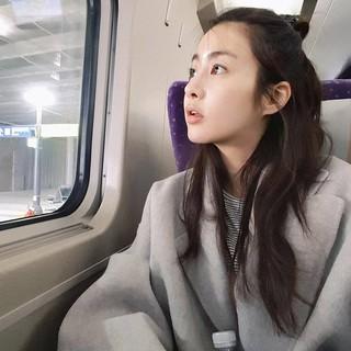 【g公式】女優カン・ソラ、近況公開。一人で列車の旅。