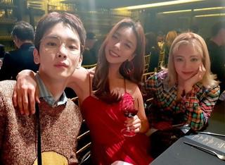 【g公式】f(x)_ルナ、少女時代ヒョヨンとSHINee キーとの3ショットを公開。