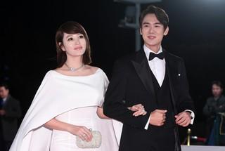 【動画】【w公式】 キム・ヘス & ユ・ヨンソク 、女神と白馬に乗った王子様のような雰囲気で「2018青龍映画賞」に出席。