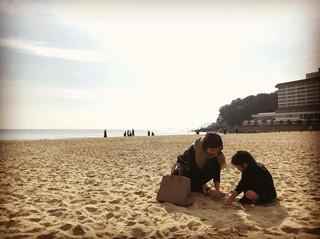 【G公式】「チソン夫人」女優イ・ボヨン、家族と一緒に釜山の海雲台(ヘウンデ)で砂遊び中。。
