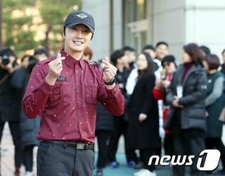 俳優チョン・イル、除隊。ファンに笑顔で挨拶。