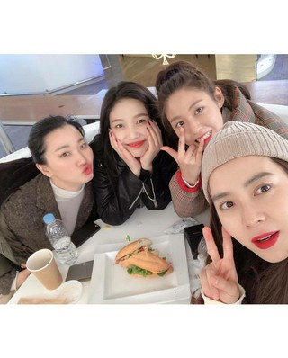 、、【g公式】Red Velvet ジョイ、AOA_ソリョン_Sulhyun、 女優ソン・ジヒョ の珍しい記念写真。番組「パジャマフレンズ」の仲間たち