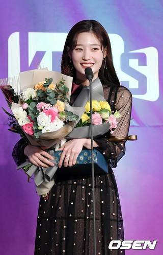 DIA チェヨン、「2018グリメ賞」で新人演技者賞を受賞。7日午後、ソウル・汝矣島KBS新館。