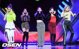Red Velvet、「2018KBOゴールデングラブ授賞式」の祝賀公演中。10日午後、ソウル・COEXオーディトリウム。