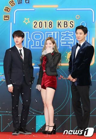 本日進行を務めるJIN(防弾少年団)、ダヒョン(TWICE)、CHANYEOL(EXO)、「2018 KBS 歌謡大祝祭」レッドカーペット行事にそろって出席。28日午後、ソウル・汝