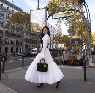 【g公式nob】  #Noblesse_ニューエンハートパリで出会った女性、俳優コン・ヒョジン がベールに包まれていたレディディオールアートバックを持って示している。 3年目続