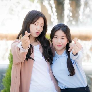 【r公式jes】パク・シネ、主演ドラマ「アルハンブラ宮殿の思い出」での妹役の子役とのツーショットを公開。