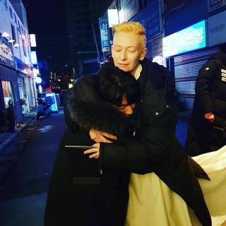 俳優イ・シオン、ティルダ・スウィントンと記念写真。