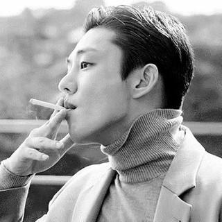 俳優ユ・アイン、「廃業のコンビニ」エッセイが話題。※以下、直訳のつづき。振り返ると「食事はしましたか」という、その普通にありふれた挨拶さえ一度も、先にしたことが無い