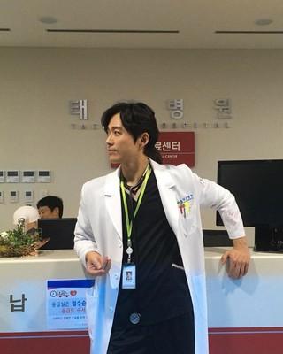 、、【G公式】俳優ナムグン・ミン、撮影現場を公開。「私、今からは医者です」 #doctorprisoner。