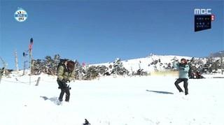 「EXO vs 東方神起」の雪合戦。後輩EXOシウミンの「神業」が話題。●東方神起チャンミンの投げた「雪ボール」をキャッチして投げ返す。。