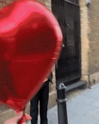 俳優リュ・ジュンヨル、イギリスのYouTuberが撮影したバレンタインデースペシャルストリートビデオに偶然登場。。その動画。いきなりハートの風船を渡され困惑するも、笑顔で対応。