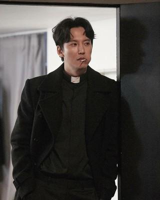 【r公式jes】俳優キム・ナムギル、「熱血司祭」現場写真を公開。