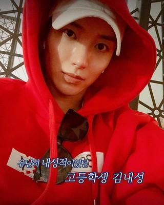 【G公式】Super Junior_イトゥク、 「ひときわ内省(ネソン)的だった高校生キム・ネソン」と書かれた写真公開。