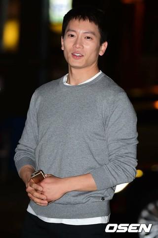 俳優チソン、ドラマ「被告人」打ち上げに参加。@ソウル・汝矣島(ヨイド)の飲食店。 (3枚)