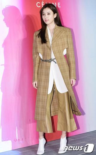 女優ハン・ヒョジュ、行事参加。ブランドCELINEオープン式、昨夜。 (2枚)
