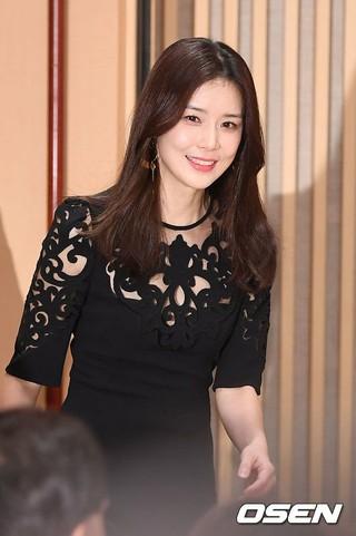 女優イ・ボヨン、SBS新月火ドラマ「耳打ち」の制作発表会に出席。 (1枚)