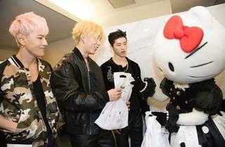 iKON、「Hello Kitty」との遭遇。 (3枚)