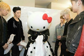 iKON、「Hello Kitty」との遭遇。Tokyo Girls Collection。 (2枚)