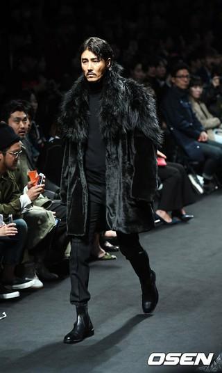 俳優チャ・スンウォン、「2017 F/W HERAソウルファッションウィーク」SONGZIOファッションショーにモデルとして出演。