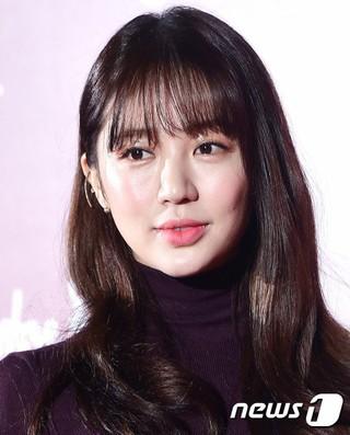 女優ユン・ウネ、レディースシューズコレクション公開記念フォトウォールに出席。@ソウル・新羅ホテル。