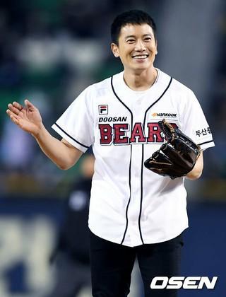 俳優チソン、韓国プロ野球斗山ベアーズ対ハンファ・イーグルスの開幕戦で始球式。@ソウル・蚕室野球場。