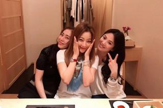 女優ソン・ヘギョ、SNS更新。女優ソン・ユナ&キム・ヒソンとのスリーショット写真を公開。 (1枚)