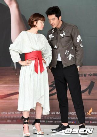 俳優クォン・サンウ 女優チェ・ガンヒ、KBSの新水木ドラマ「推理の女王」制作発表会に出席。 (4枚)
