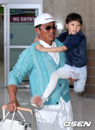 チュ・サラン、イベント参加のため韓国到着。スマーフと対面したサランちゃん。 (3枚)