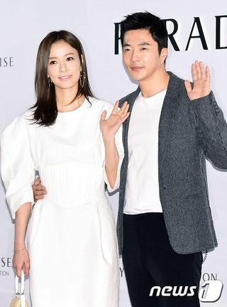 俳優クォン・サンウ &女優ソン・テヨン夫妻、複合リゾート「PARADISE CITY」オープンイベントに出席。 (2枚)
