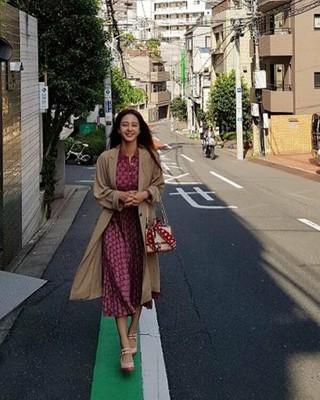 女優ハン・イェスル、SNS更新。日本の路地を歩く姿。 (1枚)