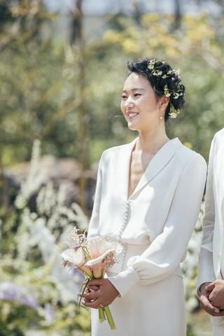 ユン・ジンソ、挙式写真を公開。優雅なガーデンウェディング。