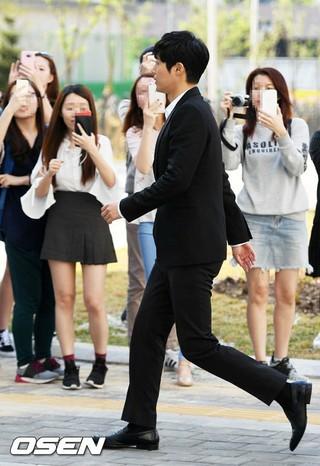 キム・ヒョンジュン、ファンの応援を受けながら法廷へ。