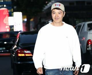 俳優ユン・サンヒョン、ドラマ「完ぺきな妻」の打ち上げに参加。@ソウル・汝矣島の飲食店。