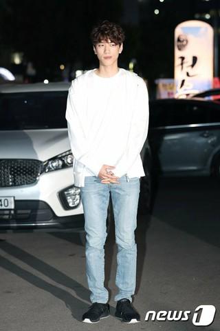俳優ソンジュン、ドラマ「完ぺきな妻」の打ち上げに参加。@ソウル・汝矣島の飲食店。