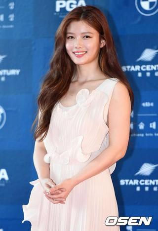 女優キム・ユジョン、レッドカーペット参加。第53回「百想(ペクサン)芸術大賞」。 (2枚)