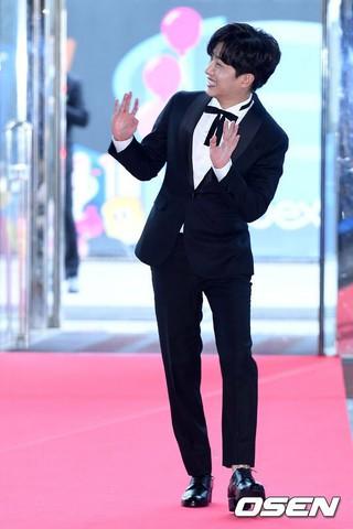 俳優キム・ミンソク、レッドカーペット参加。第53回「百想(ペクサン)芸術大賞」。