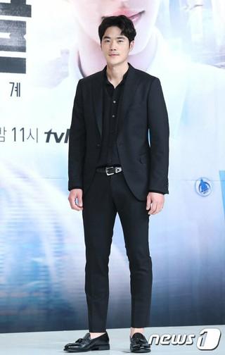 俳優キム・ガンウ、tvNドラマ「サークル:繋がった2つの世界」制作発表会に出席。