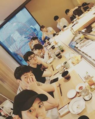 EXO CHANYEOL(チャンヨル)、SNS更新。SUHO(スホ)の誕生日をお祝い。 (1枚)