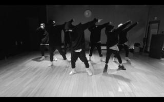 """iKON、""""カル群舞(完璧な刃物の ように合わせるダンス)""""が引き立つ「BLING BLING」振り付け映像を公開。 (1枚)"""