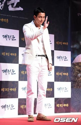 俳優チョン・ウソン、親友イ・ジョンジェの主演映画「対立軍」VIP試写会に参加中。ソウル蚕室(チャムシル)ロッテ・シネマ・ワールドタワー。