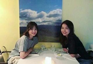 女優ソン・ヘギョ、SNS更新。Fin.K.L イ・ジンと20年来の友人関係。ラフなTシャツ姿でも輝く美貌。 (1枚)