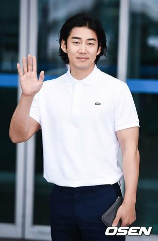 俳優兼歌手ユン・ゲサン、画報撮影のためフランスに向け出国。仁川空港。