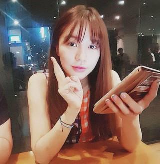 ユン・ウネ、中国発の熱愛説を否定。疑惑の写真で、横に座っている男性が恋人と報じられるも「知人同士の集まり」と完全否定。
