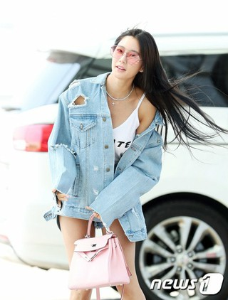 クララ、空港ファッション。仁川国際空港より中国へ出国。