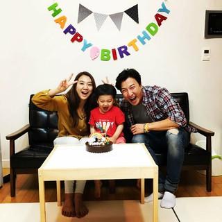俳優パク・コニョン、SNS更新。息子の誕生日迎えて家族写真公開。