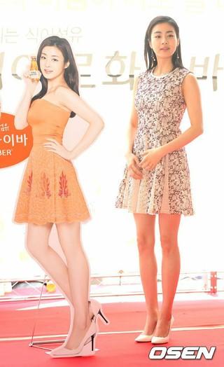 女優カン・ソラ、飲料ブランドのファンサイン会に出席。22日午後、ソウル・BITPLEX。 (3枚)