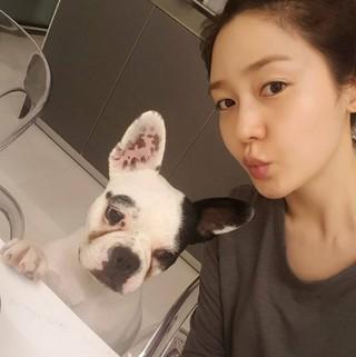 女優ソン・ユリ、SNS更新。可愛い愛犬と。 (1枚)