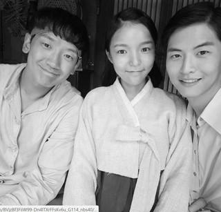 女優パク・チンジュ、SNS更新。映画「オム・ボクトン」で共演するRain(ピ) との白黒写真。